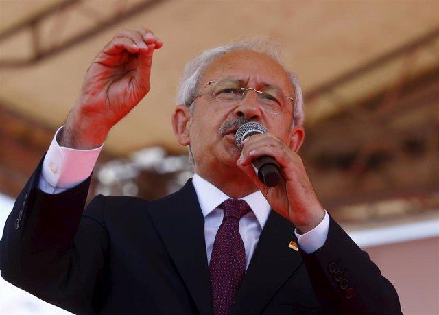 """El presidente del Partido Republicano del Pueblo (CHP), Kemal Kiliçdaroglu, ha reivindicado la mayoría obtenida por los partidos de la oposición en las elecciones legislativas del pasado 7 de junio, por lo que les ha atribuido el """"deber"""" de formar gobiern"""