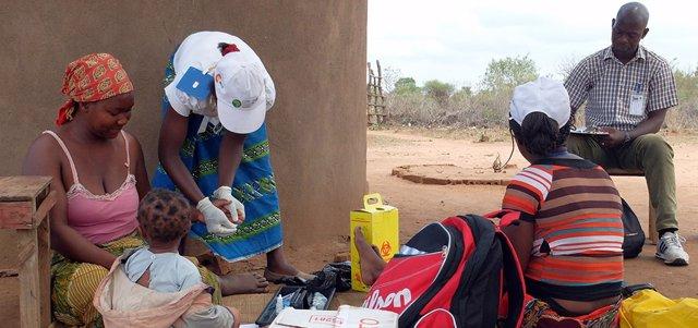 Atendiendo a pacientes con malaria en África