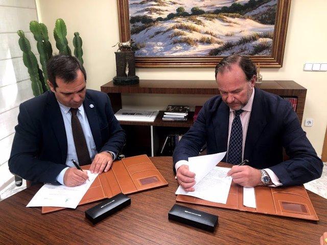 Los presidentes de la Fundación Caja Rural del Sur, José Luis García-Palacios Álvarez, y de Asaja Cádiz, Pedro Gallardo, ratifican un convenio de colaboración entre ambas entidades