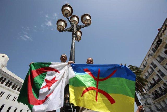 Personas con la bandera de Argelia y la bandera bereber durante una manifestación en Argel (Argelia)