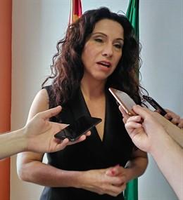 La consejera de Igualdad, Políticas Sociales y Conciliación de la Junta de Andalucía, Rocío Ruiz, en declaraciones a los medios este lunes 13 de mayo./archivo