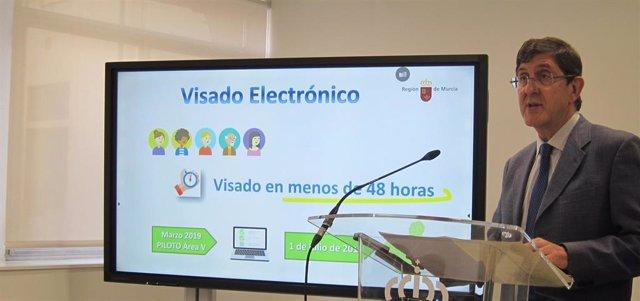 El consejero de Salud en funciones, Manuel Villegas, presentó hoy la extensión del sistema regional de receta y visado electrónico