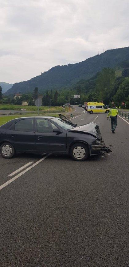 Tres heridos leves en una colisión entre dos vehículos en Sunbilla
