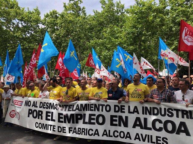 El comité de fábrica Alcoa de Avilés, manifestándose en la puerta del Ministerio de Industria.