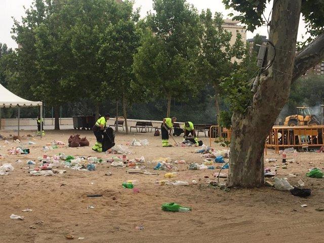 Efectivos de Limpieza en la playa de Las Moreras