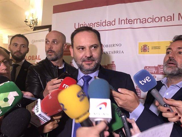 El ministro de Fomento en funciones y secretario de Organización del PSOE, José Luis Ábalos, atiende a los medios en la UIMP