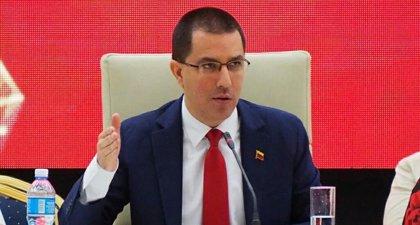 """Arreaza afirma que mientras Duque viaja promoviendo """"golpes militares"""" para Venezuela en Colombia vuelve la """"guerra"""""""