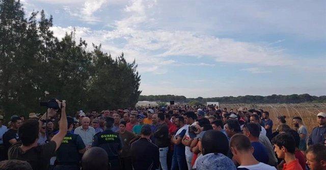 Huelva.- Cientos de vecinos de Lucena impiden a técnicos de la CHG trabajar en el cierre de los 77 pozos sancionados