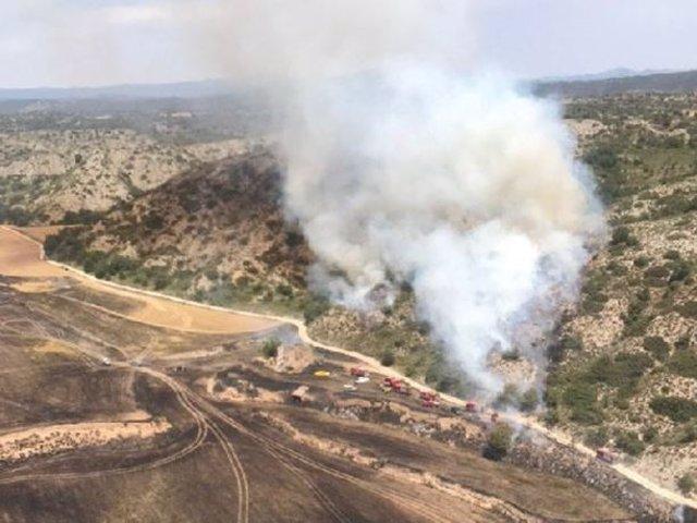 Un incendi en un camp de cultiu de cereals de Biosca crema 10 hectàrees.