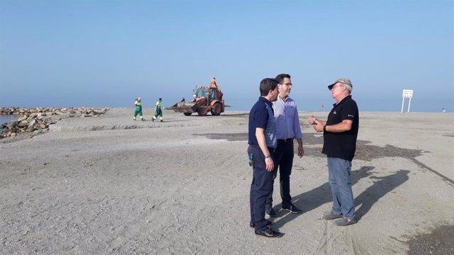 Concejal del Área de Obras Públicas, Mantenimiento y Servicios, Alberto González, supervisa la limpieza de las playas de El Ejido tras las hogueras de San Juan