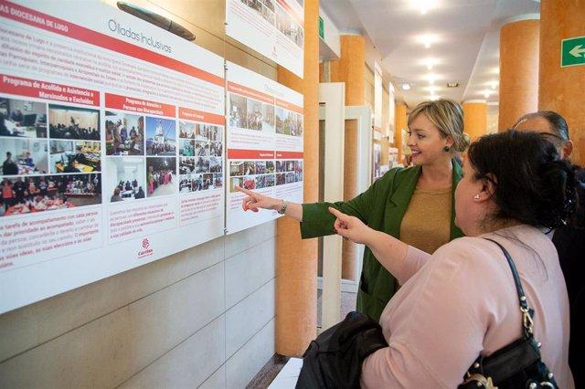 La conselleira de Política Social, Fabiola García, en la inauguración de una exposición sobre las actividades que realiza Cáritas.