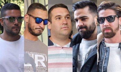 Los cinco miembros de La Manada, con preso de apoyo a la espera de que los técnicos de Sevilla I les asignen módulo