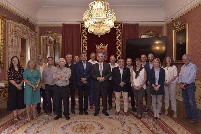 El Ayuntamiento de Pamplona recibe a los participantes en el Campeonato de España de Ajedrez infantil y cadete.