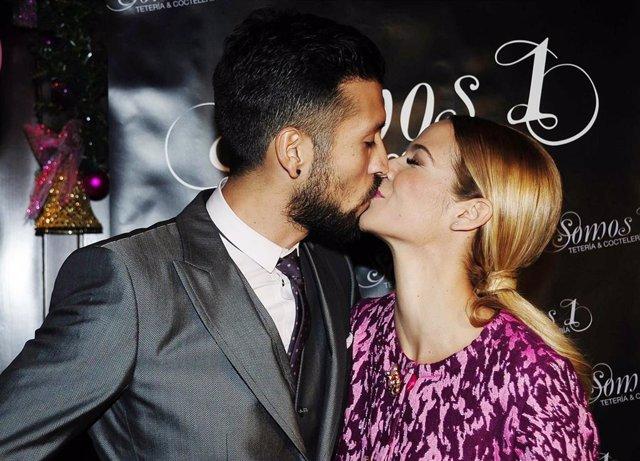 Tamara Gorro y Ezequiel Garay demostrando su amor con un beso. Este lunes la pareja están de aniversario y es que hace siete años que pasaron por el altar y lo han querido recordar en sus redes sociales.