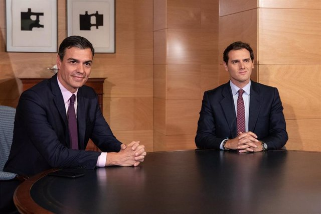 El secretario general del PSOE y presidente del Gobierno en funciones, Pedro Sánchez, se reúne con el presidente de Ciudadanos, Albert Rivera, en el Congreso de los Diputados.