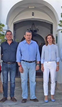 El viceconsejero de Presidencia, Administración Pública e Interior de la Junta de Andalucía, Antonio Sanz, se reúne con la alcaldesa de Benaocaz, Ana Belén García