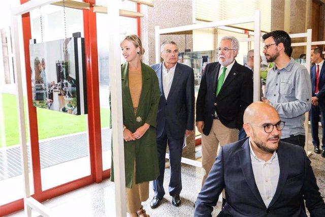 La conselleira de Política Social, Fabiola García, y el presidente del Parlamento, Miguel Ángel Santalices.