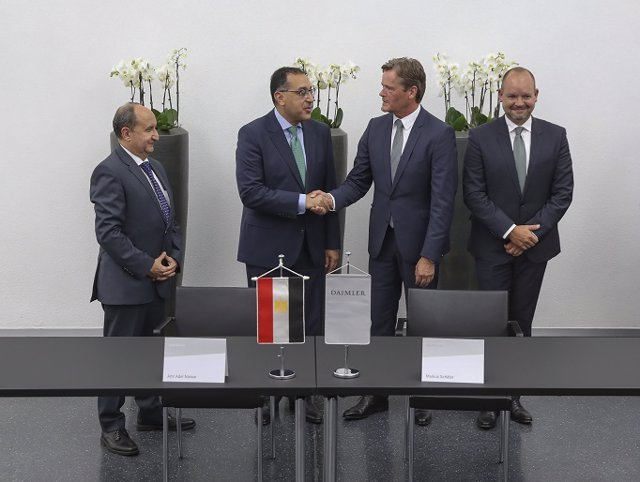 Mercedes-Benz Cars and the Egyptian government have signed a Memorandum of Understanding for local assembly of Mercedes-Benz passenger cars in Egypt: (f.L.T.R.) H.E. Eng. Amr Adel Nassar, Minister of Trade and Industry, H.E. Mostafa Kemal Madbouly, Prime