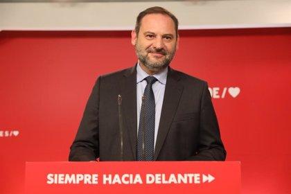 Ábalos pide a PP no jugar a ser antisistema, a Rivera que salga del laberinto y apremia a Iglesias a aceptar su oferta