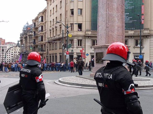 Ertzainas durante movilizaciones de la huelga del Metal