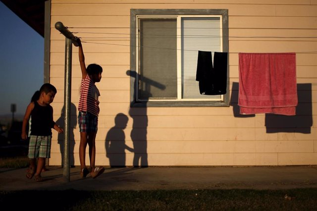 Children play at a migrant farm labor housing center in Bakersfield, California, United States, July 23, 2015. California is in the fourth year of a catastrophic drought. Picture taken July 23, 2015. REUTERS/Lucy Nicholson - RTX1M2J4