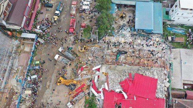 Vista aérea del derrumbe de un edificio en construcción en Sihanoukville.