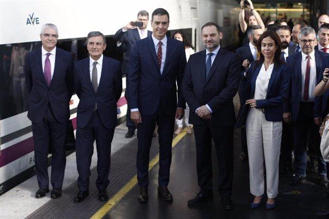 Pedro Sánchez se sube al AVE que unirá Madrid y Granada en tres horas