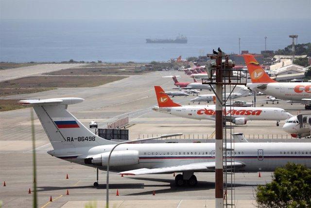 Avión con la bandera de Rusia en el aeropuerto Simón Bolívar de Caracas