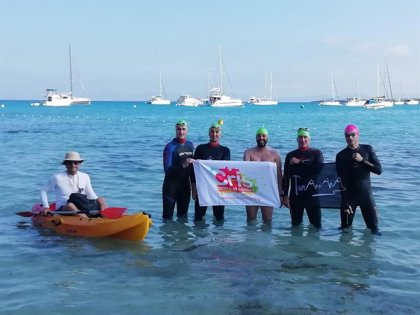 Cruzan a nado de Formentera a Ibiza para conseguir fondos para la investigación del cáncer infantil