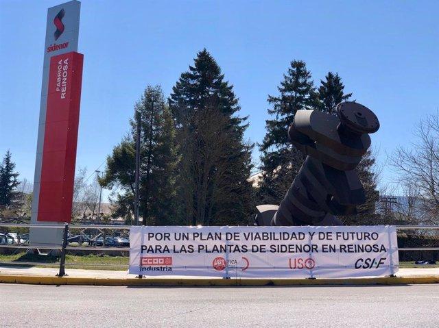 Pancarta colocada por el comité en la entrada de la fábrica