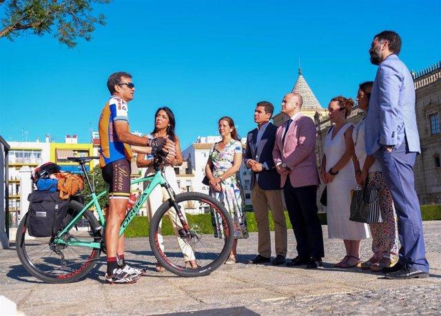 El Parlamento recibe al ciclista que recorrerá parlamentos de toda España para sumar fondos para la investigación del cáncer infantil