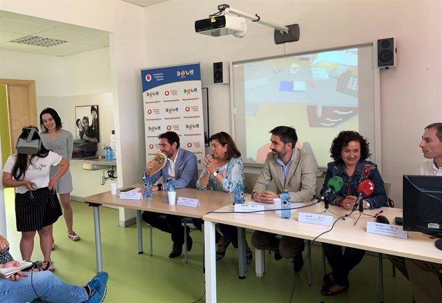 José Manuel Laustalet, Victoria Soto, Manuel Velázquez, Ángeles Cantalapiedra y Alfonso Rodríguez, en la mesa, presenciado la demostración del uso de la herramienta 'VirtualJob'