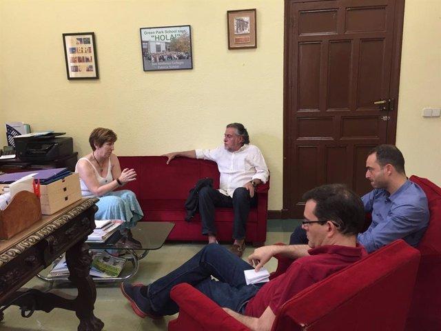El portavoz socialista en el Ayuntamiento, Pepu Hernández, se entrevista con la dirección del colegio San Ildefonso