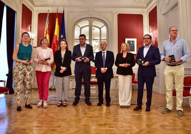 El presidente de Les Corts Valencianes, Enric Morera (4i) junto al presidente del Comité Económico y Social de la Comunidad Valenciana, Carlos Alfonso (5i) posan antes de una reunión de La Mesa de Les Corts.