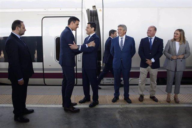 El presidente del Gobierno en funciones, Pedro Sánchez (i), y el presidente de la Junta de Andalucía, Juanma Moreno (d) inaugura la nueva línea de Alta Velocidad Madrid-Antequera-Granada en la Estación de Antequera Santa Ana.