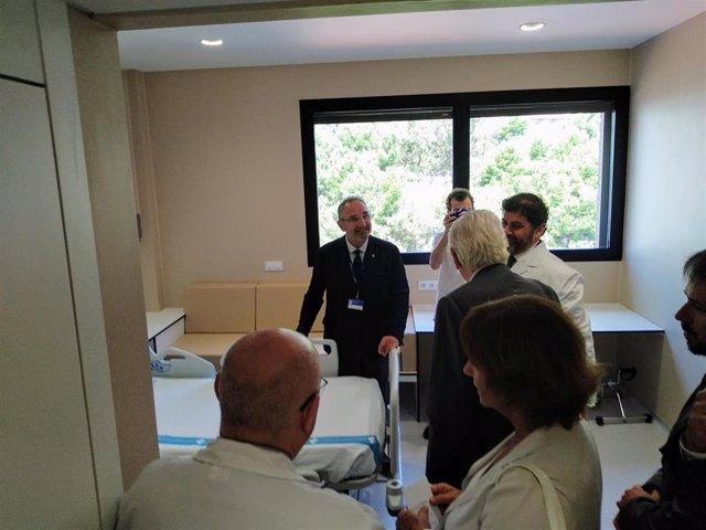 V.Martínez, A.Vila Casas y F.Bosch en una habitación de la nueva unidad