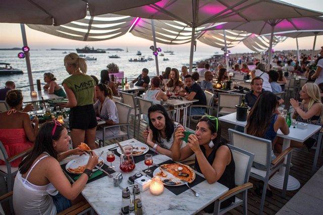 Más de 900 bares y chiringuitos de Ibiza participan en el Movimiento Banderas Verdes para fomentar reciclaje de envases
