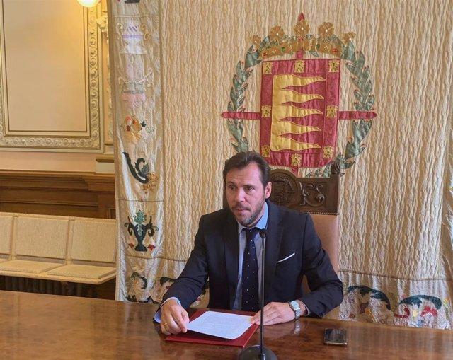 El alcalde de Valladolid, Óscar Puente, durante la rueda de prensa en la que anunció su intención de gobernar en solitario