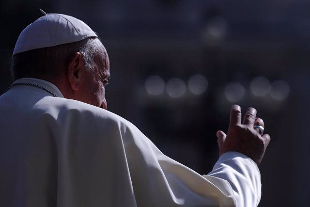 19 June 2019, Vatican, Vatican City: Pope Francis greets people as he arrives to lead his weekly general audience in St. Peter's Square at the Vatican. Photo: Evandro Inetti/ZUMA Wire/dpa