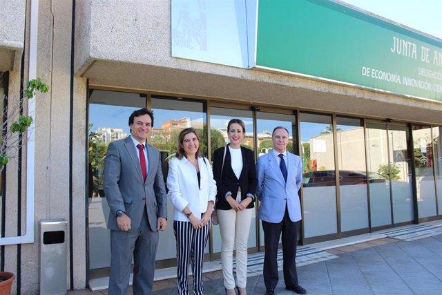 La consejera de Empleo, Rocío Blanco, junto el resto de autoridades en su visita a Huelva.