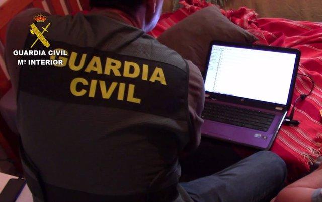 Imatge de la Guàrdia Civil analizant un ordinador