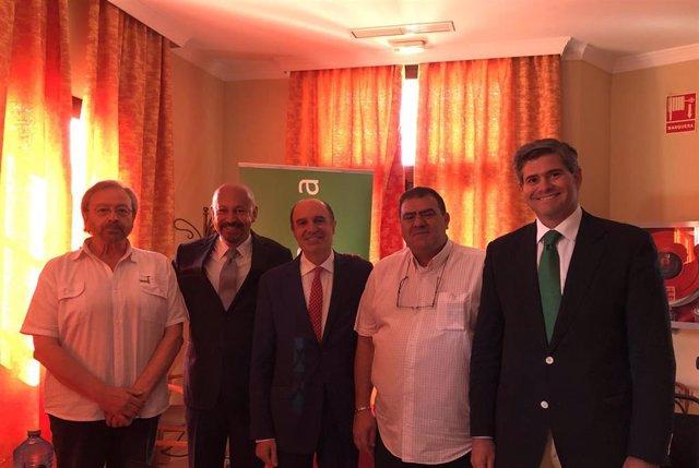 El presidente de Flacema, Pedro Carranza, --2º por la izquierda--, con miembros del Patronato de Flacema tras ser elegido presidente