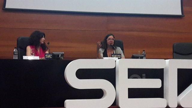 La consejera de Igualdad, Rocío Ruiz, con la periodista Ángels Barceló, en el foro Perspectivas de la Cadena Ser.