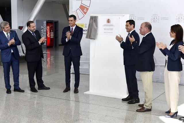Pedro Sánchez, Juanma Moreno y Manuel Barón descubren la placa en la estación de AVE de Antequera