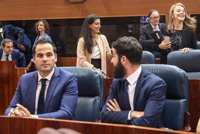 El candidato de Ciudadanos a la presidencia de la Comunidad de Madrid, Ignacio Aguado (1i) y la candidata de VOX  a la presidencia de la Comunidad de Madrid, Rocío Monasterio (2i), durante la sesión Constitutiva de la XI Legislatura.