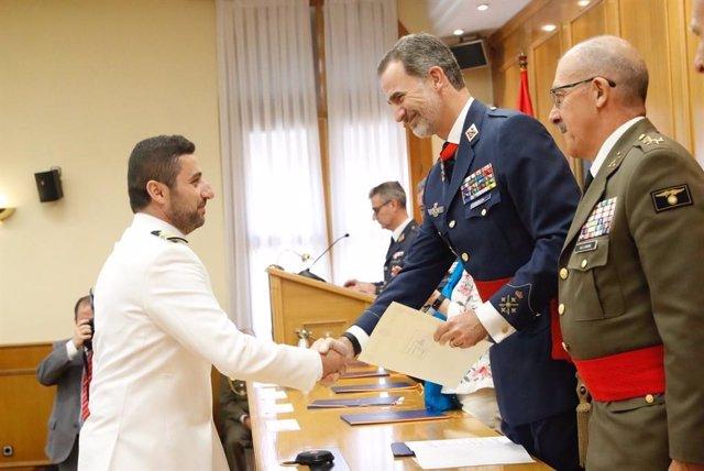 El Rey preside la entrega de diplomas a los alumnos del XX curso de Estado Mayor de las Fuerzas Armadas en el CESEDEN