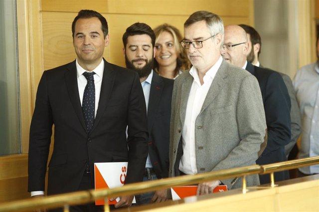 El candidato de Ciudadanos a la Comunidad de Madrid, Ignacio Aguado, junto al secretario general de Ciudadanos, José Manuel Villegas,  antes de comenzar una reunión en la Asamblea de Madrid.