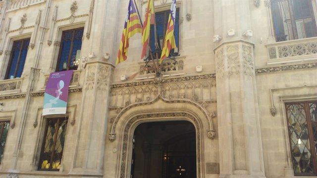 Façana de l'edifici del Consell de Mallorca, al carrer Palau Reial
