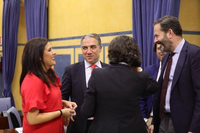Elías Bendodo charla con los miembros de la Comisión de Presidencia