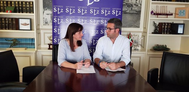 La alcaldesa de Santurtzi, Aintzane Urkijo, y el concejal de Promoción Económica, Joseba Ramos, en rueda de prensa
